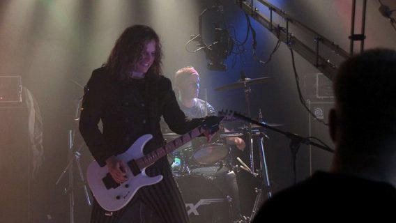 Der Lead Sänger beim Dreh eines Musikvideos für die Band Roxxess