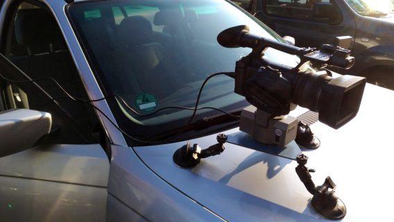 Kreative Kamera Konstruktion auf der Motorhaube eines Autos
