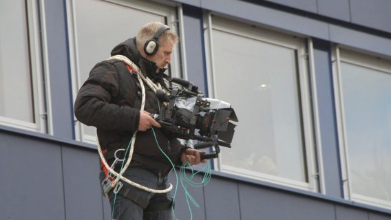Holger Gollwitzer auf dem Vordach der Oberpfalz Medien
